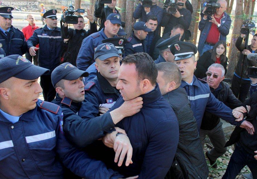 FOTO/Ja kush është polici që dhunoi deputetin. Kushëriri i shefit të Lalit…