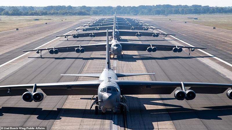 (FOTO)/Ushtria e SHBA tregon 'muskujt'/ Fotografohen 8 'bishat' bombarduese B-52
